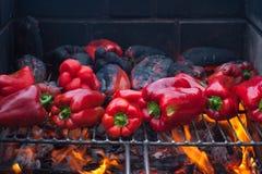 Pimientas rojas que asan en la barbacoa Fotografía de archivo libre de regalías