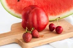 Pimientas rojas, sandía, cerezas y fresas en la etiqueta blanca Foto de archivo