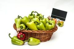 Pimientas verdes en una cesta de la tienda imagen de archivo