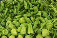 Pimientas verdes frescas en un mercado de los granjeros Alimento sano Fondo orgánico fotografía de archivo