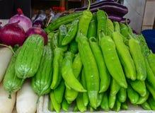 Pimientas verdes frescas en venta en el mercado rural fotografía de archivo libre de regalías
