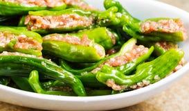 Pimientas verdes rellenas frescas crudas listas para cocinar Fotos de archivo libres de regalías