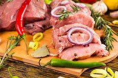 Pimientas y cebolla con los pedazos de la carne cruda Imágenes de archivo libres de regalías