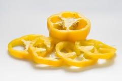 Pimiento amarillo o pimienta dulce en el fondo blanco Fotos de archivo