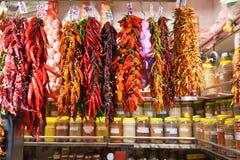 Pimiento picante y ajo en el mercado Imagen de archivo