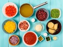 Pimiento rojo y amarillo, cebolla, tocino, acción vegetal, salsa de tomate, habas y guisantes e ingredientes alimentarios de las  Fotos de archivo libres de regalías