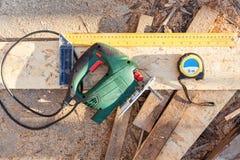 Pimpeln såg, konstruktionsrouletten, linjal Instrument för att klippa en Wood spånskivaträfiberplatta royaltyfri fotografi