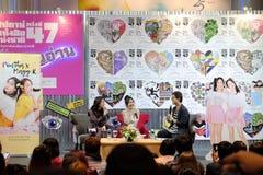 Pimtha en Mayy, Netto Idool op Youtube geven een gesprek in Boeklancering, Nationale Boekenbeurs van Bangkok 2019 royalty-vrije stock afbeelding
