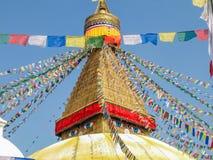 Pináculo de Boudhanath Stupa entre de bandeiras da oração, Kathmandu, Nepal foto de stock