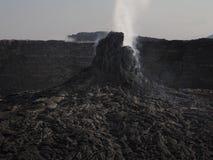 Pináculo volcánico que fuma cerca del volcán de la cerveza inglesa de Erta, Etiopía Foto de archivo