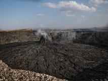 Pináculo volcánico que fuma cerca del volcán de la cerveza inglesa de Erta, Etiopía Fotos de archivo libres de regalías