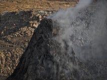 Pináculo volcánico que fuma cerca del volcán de la cerveza inglesa de Erta, Etiopía Fotos de archivo