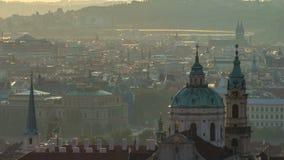 Pináculos da cidade velha e da igreja do St Nicolas no timelapse do nascer do sol República Checa, Praga video estoque