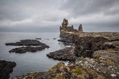 Pináculos de la roca de Londragnar en la costa de Islandia del oeste Imagen de archivo