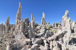 Pináculos do tufo que aumentam fora do mono lago, Califórnia Foto de Stock Royalty Free