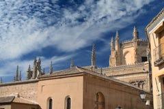 Pináculos e telhado da catedral gótico fotografia de stock