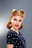 Pin在减速火箭的礼服的时装模特儿-魅力 免版税库存照片
