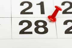 Pin在日期数28 第二十八日标记用一个红色图钉 在日历的Pin 图库摄影