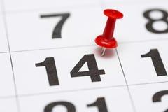 Pin在日期数14 第十四日标记用一个红色图钉 在日历的Pin 库存照片