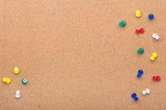 Pin背景和五颜六色的别针框架的委员会纹理 免版税库存图片