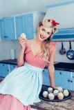 Pin вверх по домохозяйке с пирожными Стоковые Фото