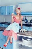 Pin вверх по домохозяйке с пирожными Стоковая Фотография RF