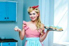 Pin вверх по домохозяйке с пирожными Стоковое фото RF