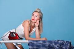 Pin вверх по утюжить женщины портрета стиля девушки ретро Стоковые Фото