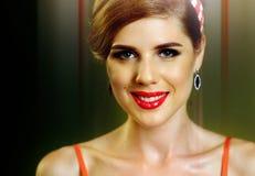 Pin acima da menina feliz e que sorri no partido Estilo Pin-acima fêmea retro Fotos de Stock Royalty Free