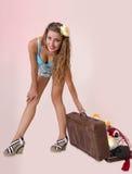Pin acima da mulher que puxa sua bagagem Imagem de Stock
