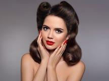 Pin acima do penteado Menina 50s bonita que guarda seus mordentes com vermelho Imagem de Stock