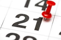 Pin auf dem Datum Nr. 21 Der Monatserster zwanzig wird mit roten Rei?zwecken markiert Pin auf Kalender stockbild