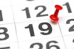 Pin auf dem Datum Nr. 19 Der zweite Tag zwanzig des Monats wird mit roten Reißzwecken markiert Pin auf Kalender stockfoto