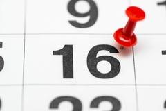 Pin auf dem Datum Nr. 16 Der zweite Tag zwanzig des Monats wird mit roten Reißzwecken markiert Pin auf Kalender stockbilder