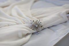 Pin auf weißem Kleid Lizenzfreie Stockfotografie