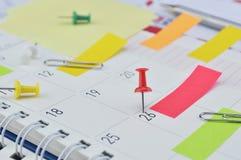Pin avec les notes collantes colorées et goupille à la page de journal intime d'affaires Photo libre de droits