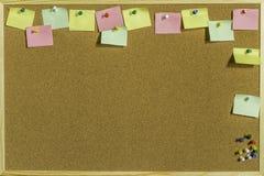 Pin Board With Space For colorido sus mensajes foto de archivo libre de regalías