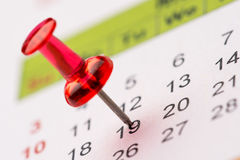 Pin en calendario imagen de archivo libre de regalías