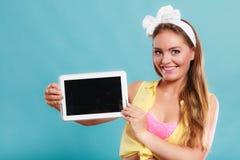 Pin encima de la muchacha con la tableta Copyspace de la pantalla en blanco Fotos de archivo