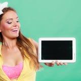 Pin encima de la muchacha con la tableta Copyspace de la pantalla en blanco Foto de archivo