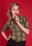 Pin encima de la muchacha en una camisa verde con el caramelo Imagen de archivo libre de regalías
