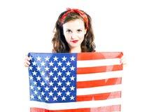Pin encima de la muchacha que presenta con la bandera americana Fotografía de archivo libre de regalías