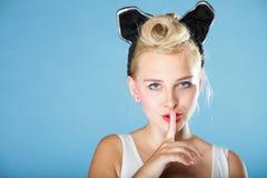 Pin encima del finger de la muchacha cerca del gesto del silencio de la boca Fotos de archivo