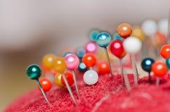 Pin-Gebrauch in nähendem Tuch Stockfotografie