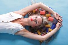 Pin herauf Artportraitfrau des Mädchens trocknendes Haar der Retro- lizenzfreie stockfotos