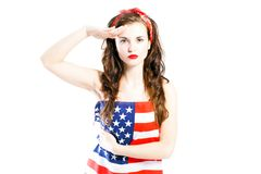 Pin herauf das Mädchen eingewickelt bei der Begrüßung der amerikanischen Flagge Stockfotografie