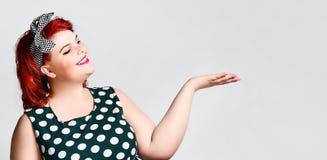 Pin herauf ein weibliches Portr?t Sch?ne Retro- fette Frau im Tupfenkleid mit den roten Lippen und Haarschnitt im alten Stil lizenzfreies stockfoto