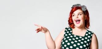 Pin herauf ein weibliches Portr?t Sch?ne Retro- fette Frau im Tupfenkleid mit den roten Lippen und Haarschnitt im alten Stil lizenzfreie stockfotos