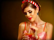 Pin herauf Mädchengetränk Bloody- Marycocktail Retro- weibliche Art Pin-oben Stockfotografie