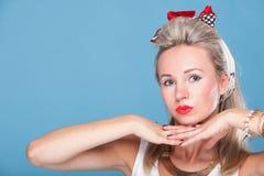 Pin herauf Mädchenretrostilporträt-Blauhintergrund Stockbild